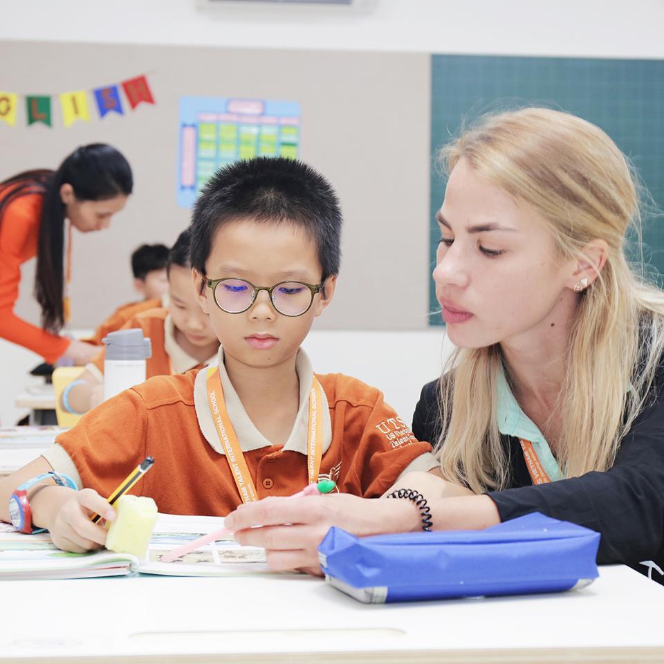 Phụ huynh nên cho con học trường quốc tế hay công lập?